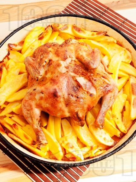 Цяло пиле с картофи печено в тава под фолио на фурна - снимка на рецептата